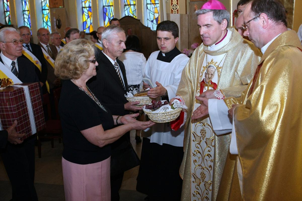 Parafia Najświętszej Maryi Panny Saletyńskiej w Ostrowcu 1